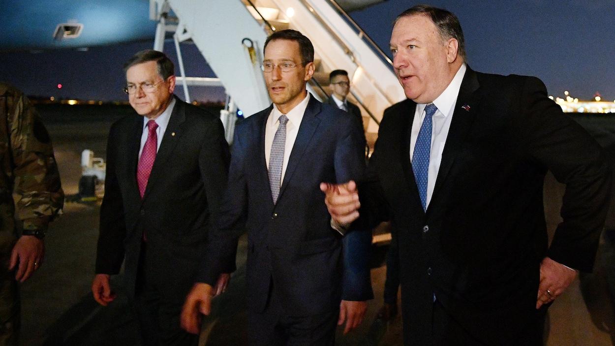 Arrivée du secrétaire d'État américain Mike Pompeo à Bagdad, en Irak. Il est en compagnie du secrétaire d'État par intérim aux Affaires du Proche-Orient, David Satterfield, et du chargé d'affaires, à l'ambassade américaine à Bagdad, Joey Hood.