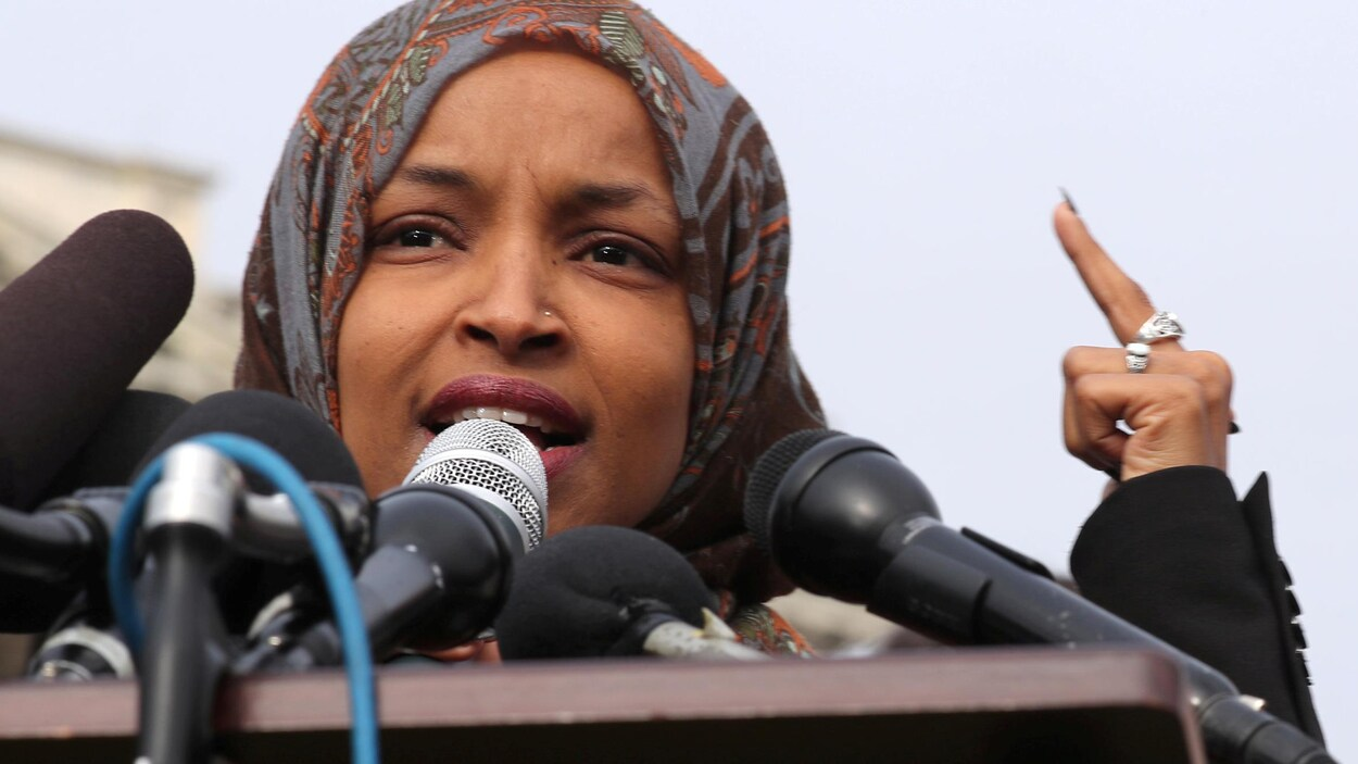 Une politicienne portant le foulard devant des micros