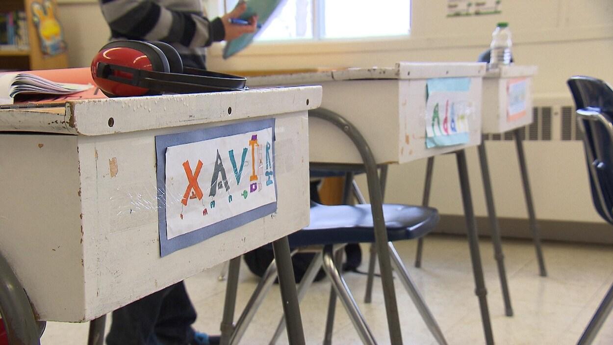 Des pupitres dans une classe de maternelle.