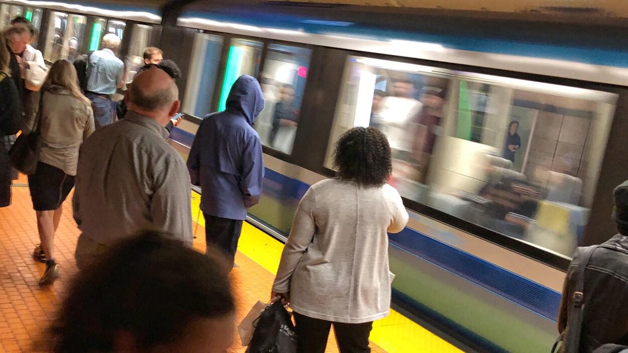 Des gens attendent le métro.