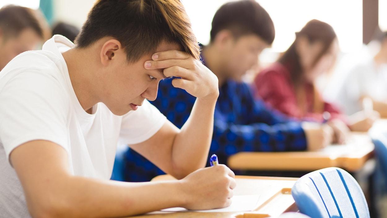 Un étudiant lors d'un examen.
