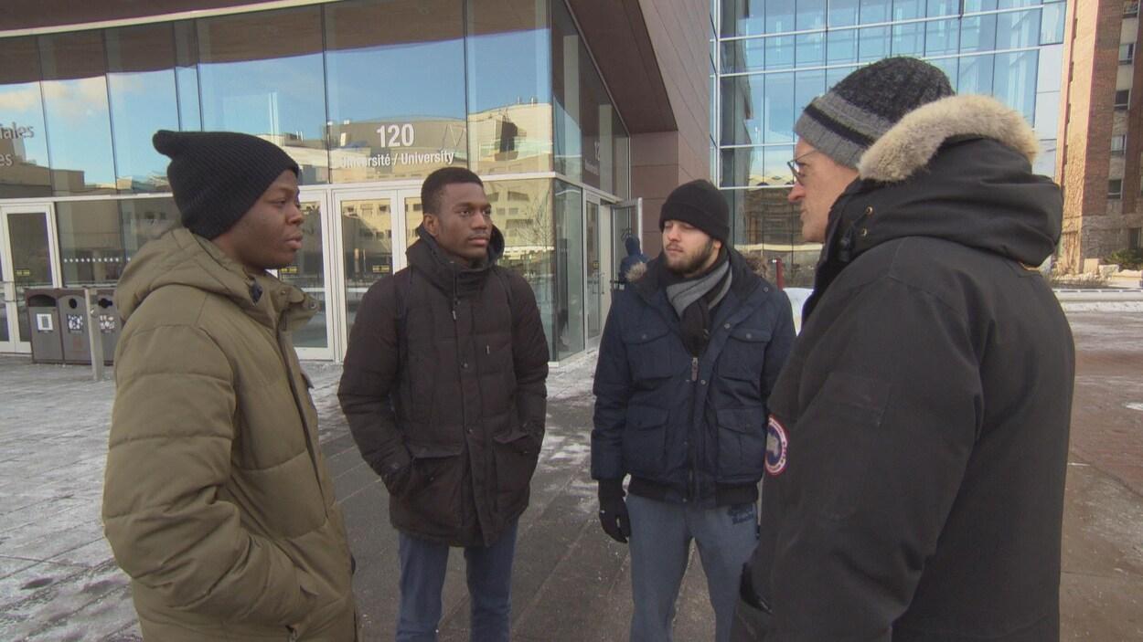 Trois étudiants en génie électrique en entrevue avec le journaliste Gilles Taillon