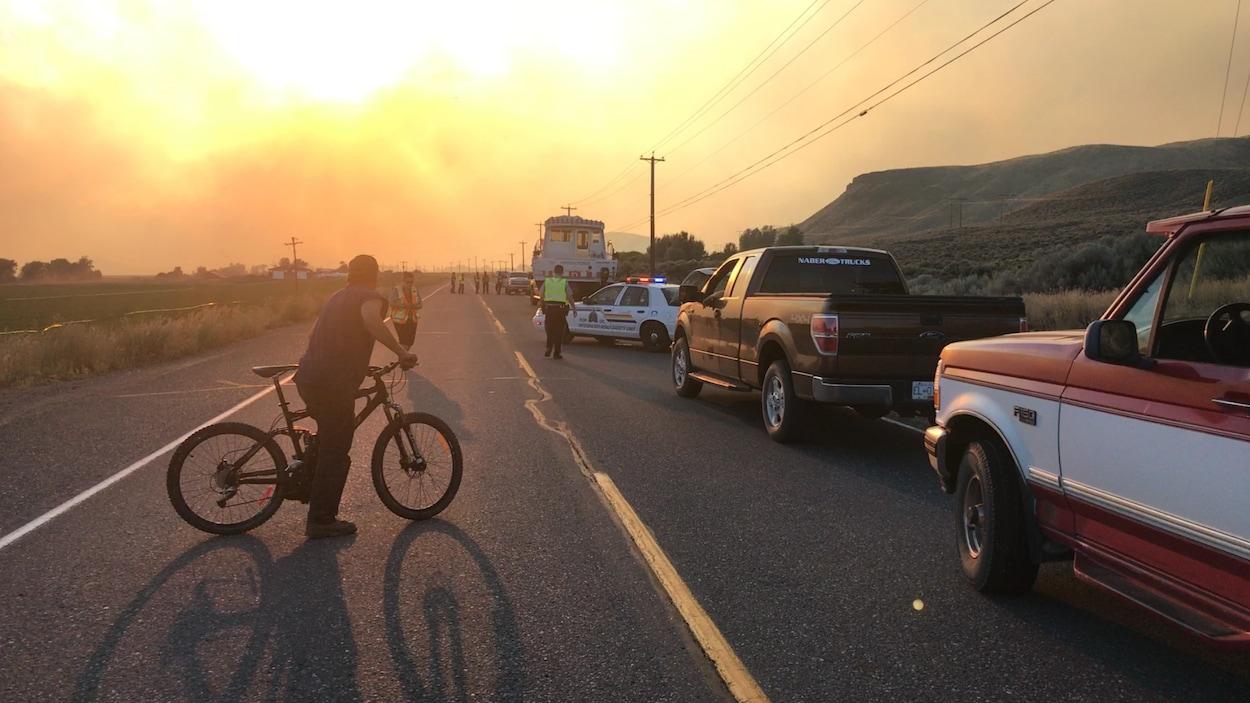 Des voitures à l'arrêt tandis que les résidents de Cache Creek doivent évacuer à cause du feu de forêt d'Ashcroft