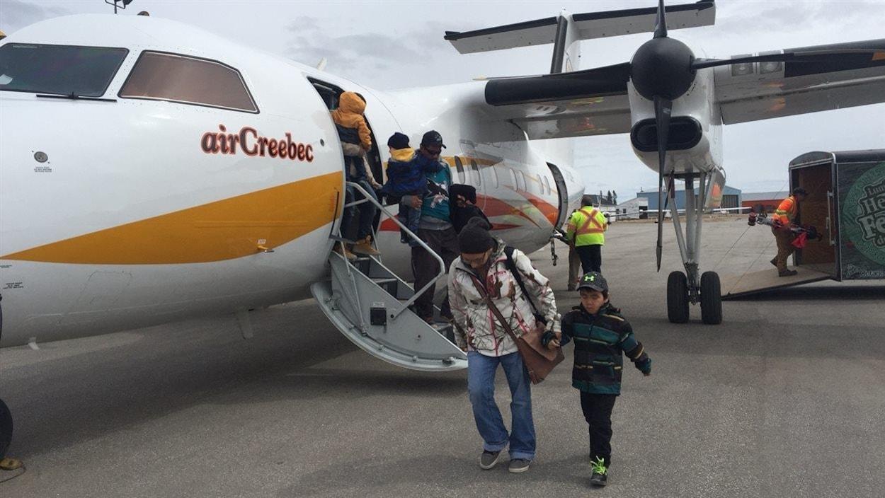 Les évacués de Kashechewan arrivent à Kapuskasing à bord d'un avion d'Air Creebec.