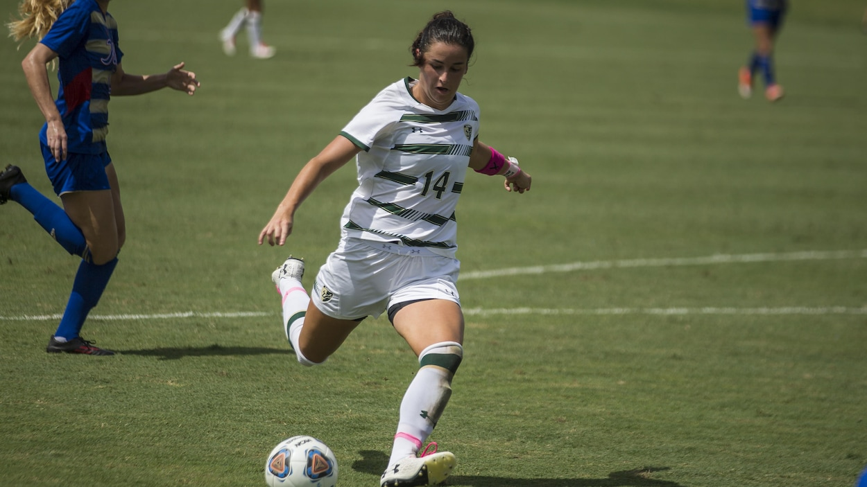 La joueuse de soccer Évelyne Viens s'apprête à frapper le ballon lors d'un match universitaire américain.