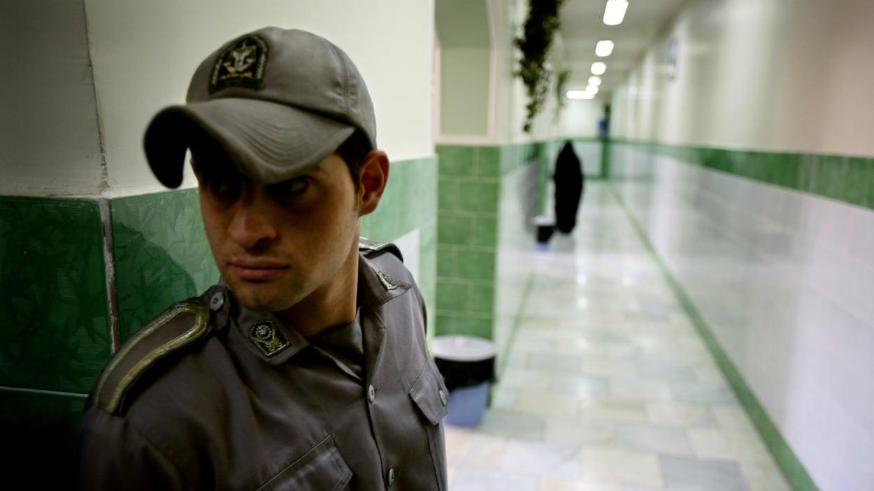 Un gardien assure la sécurité à l'intérieur de la prison Evin de Téhéran en Iran
