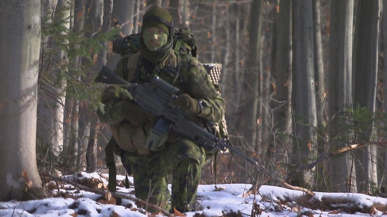 Un soldat en forêt