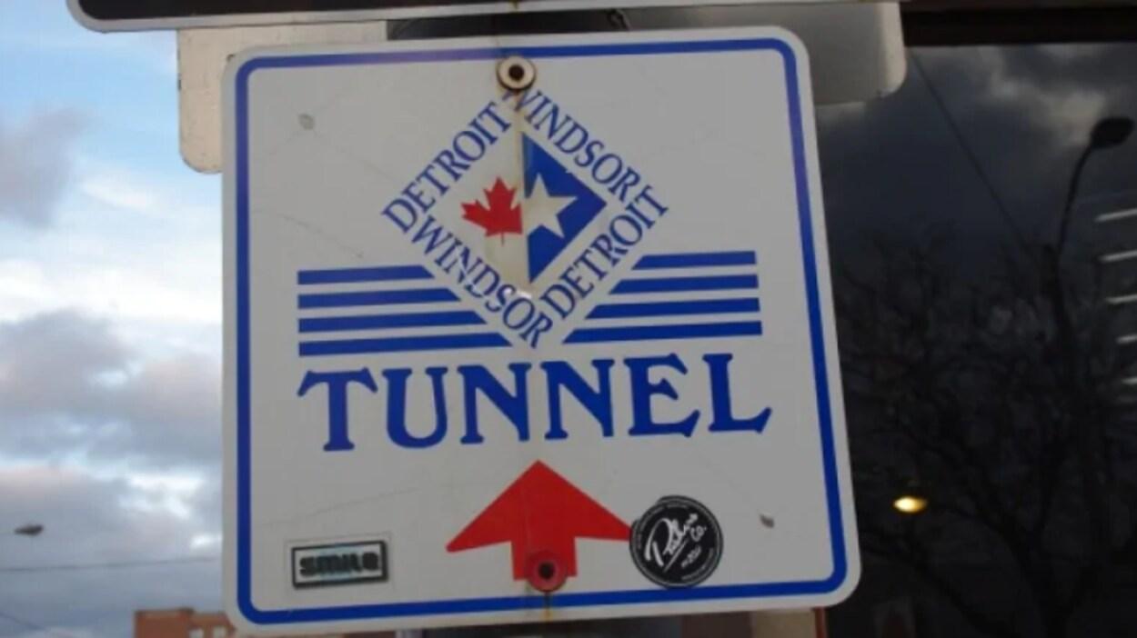 Un panneau de circulation du tunnel Windsor-Détroit