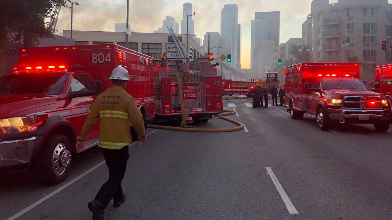 Plusieurs camions de pompiers immobilisés sur un boulevard.
