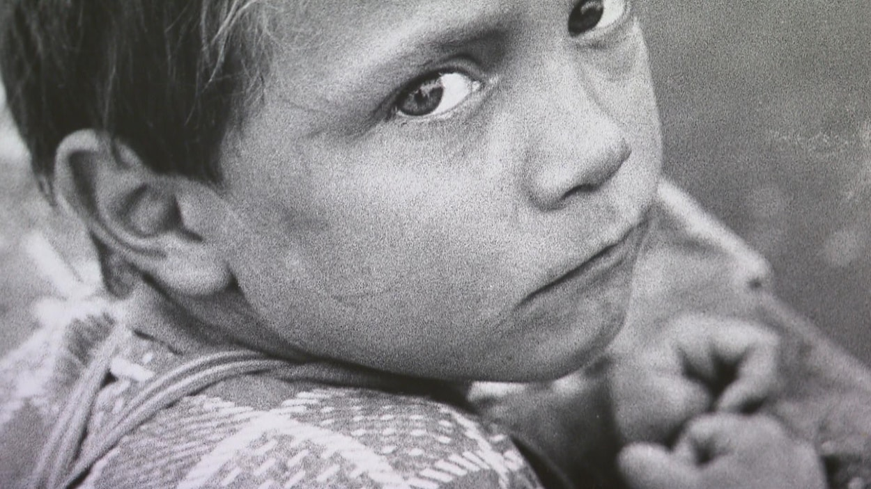 Gros plan sur le visage d'un jeune Gaspésien.