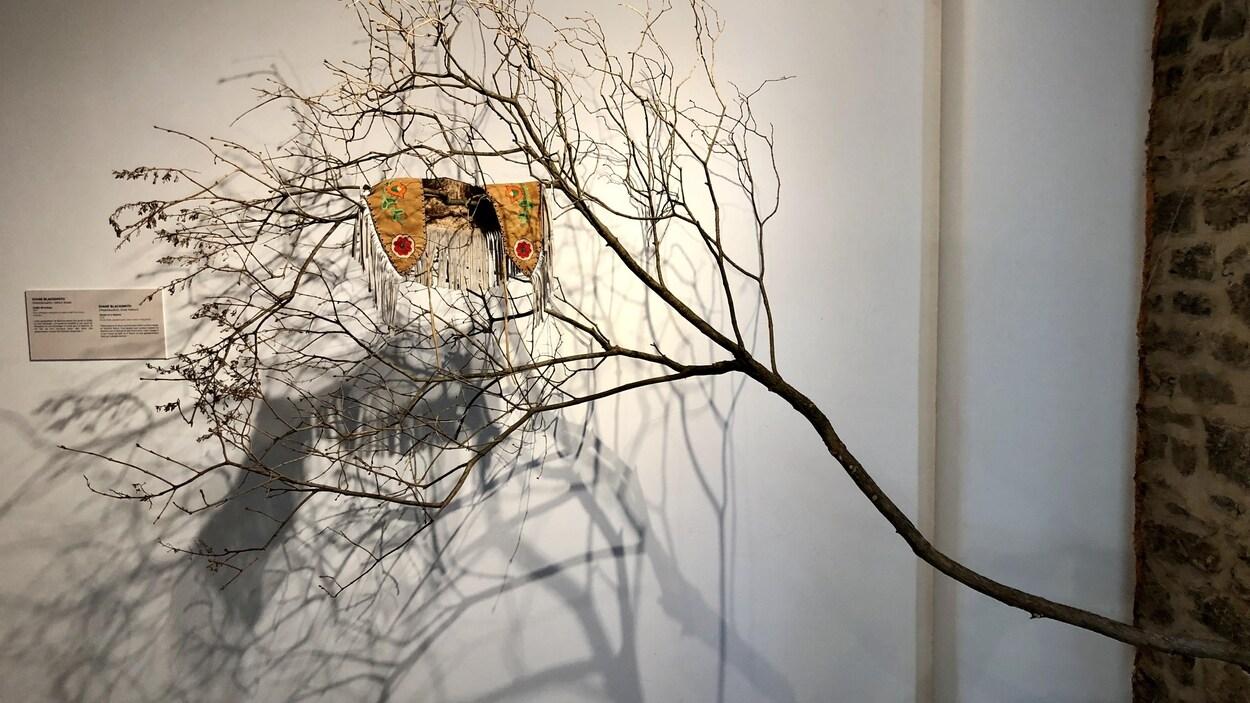 Châle de Kukum : œuvre de l'artiste innue Diane Blacksmith de l'exposition Oubliées ou disparues : Akonessen, Zitya, Tina, Marie et les autres.