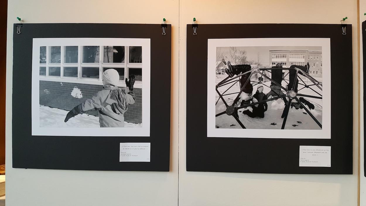 Deux clichés de l'exposition photo. À gauche, une photo noir et blanc d'un enfant qui lance une balle de neige. À droite, une photo noir et blanc de quatre jeunes dans un module de jeu.