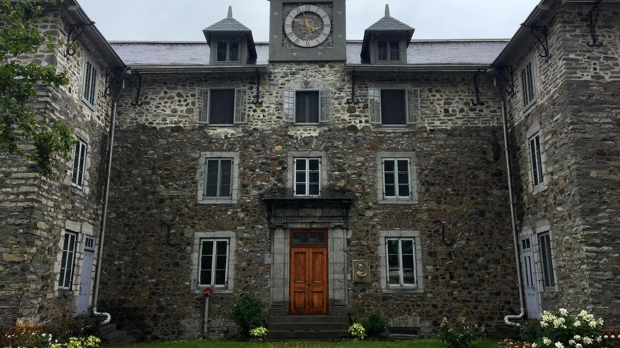 Le séminaire de Saint-Sulpice est l'immeuble le plus ancien du Vieux-Montréal.