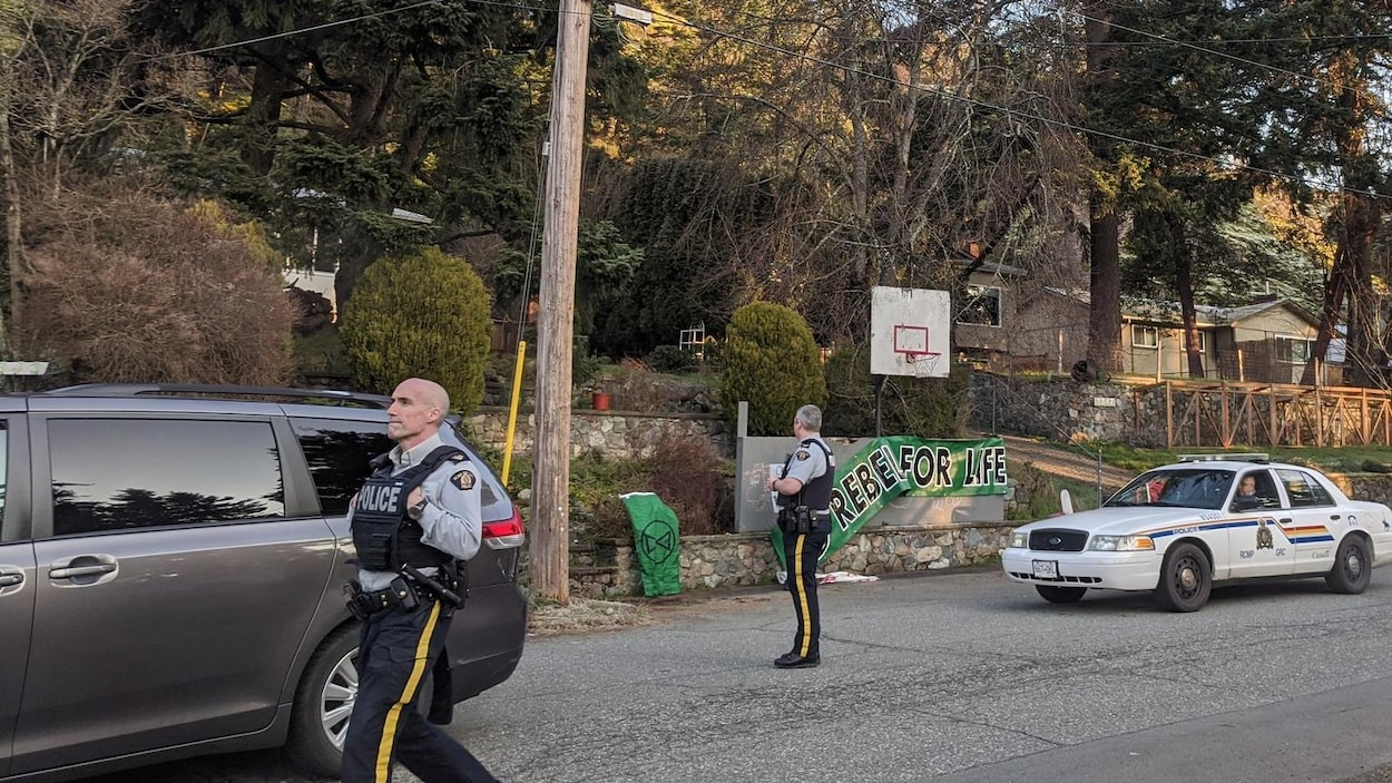 Des policiers entourent une résidence.