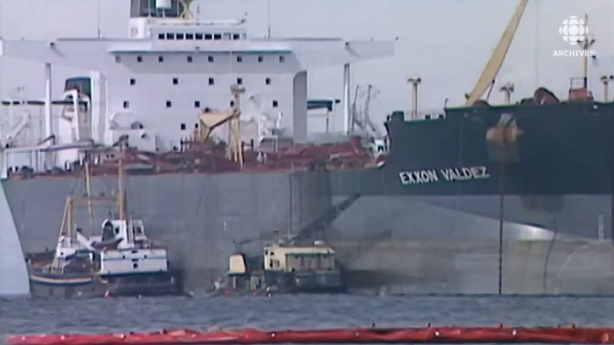 Gros plan du pétrolier Exxon Valdez.