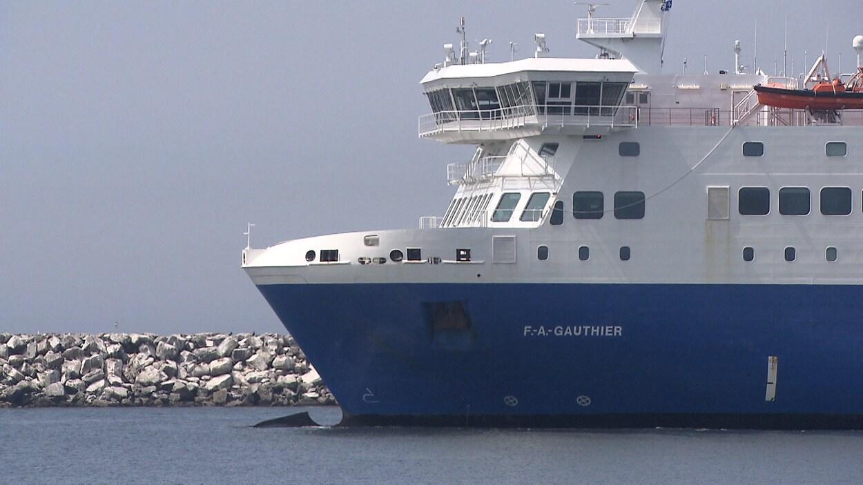 Le traversier F.-A.-Gauthier qui relie Matane à la Côte-Nord passe près d'un brise-lame.