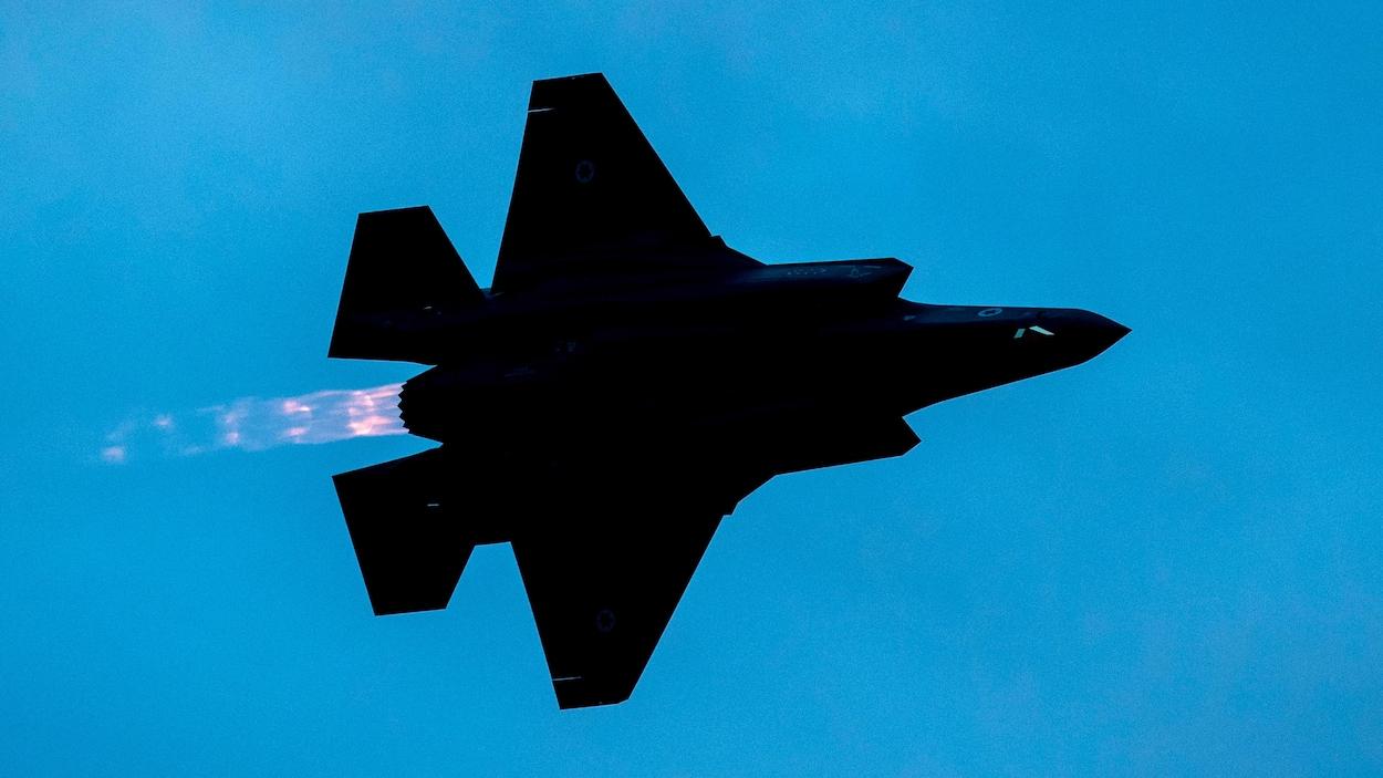 Une photo d'un avion de chasse F-35 de la Force aérienne israélienne qui survole la ville de Beer Sheva dans le sud d'Israël