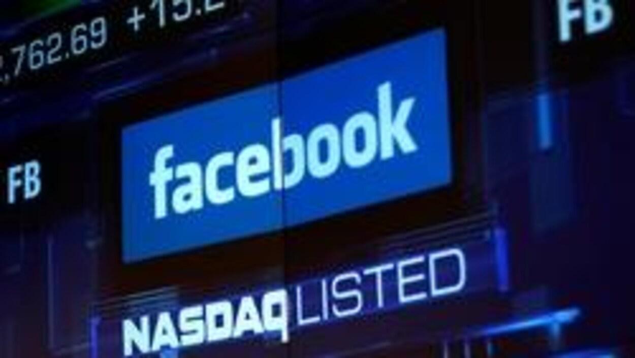 Logo de Facebook sur un écran boursier où l'on voit l'inscription NASDAQ_LISTED.