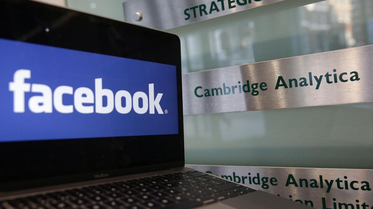 Un ordinateur sur lequel on peut lire Facebook et Cambridge Analytica.