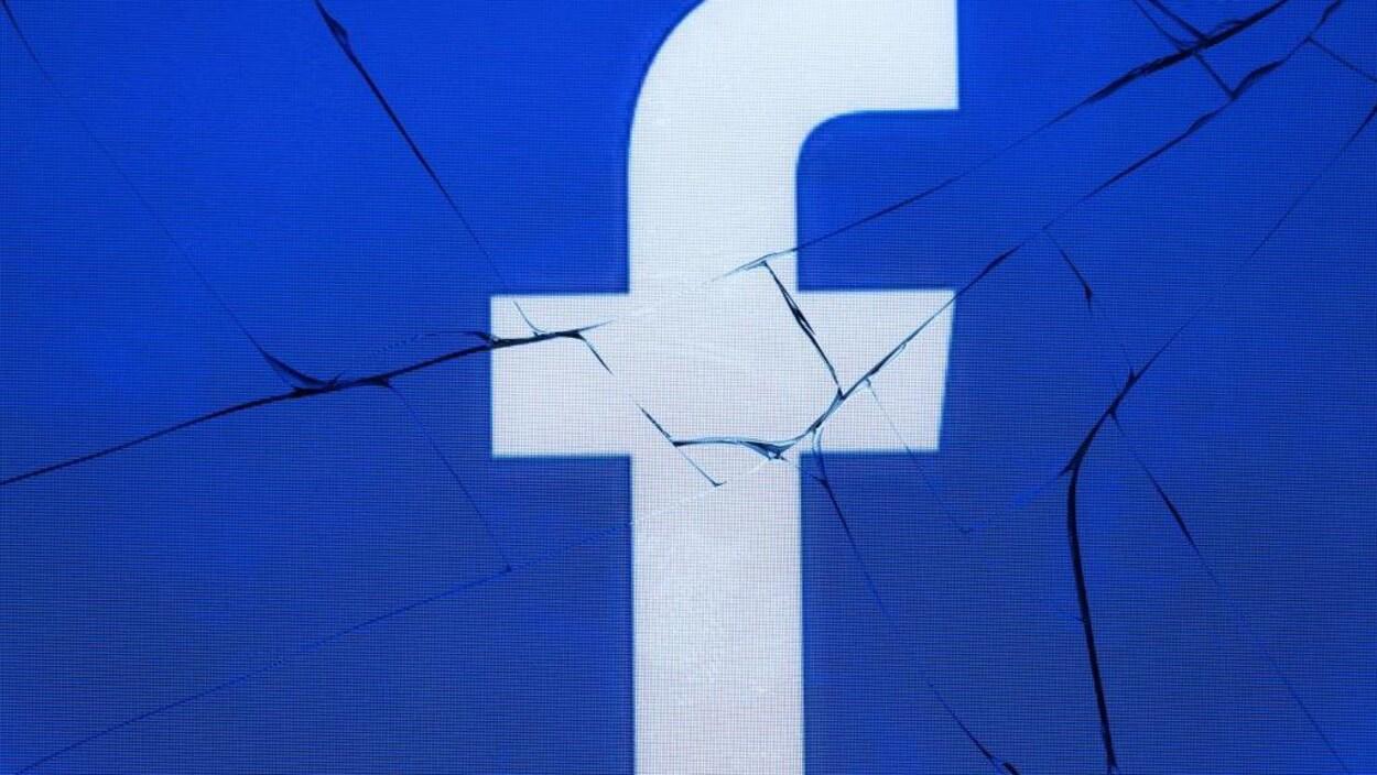 Logo de Facebook sur un écran brisé