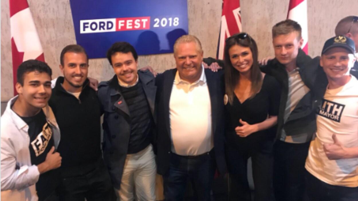 Photo du premier ministre avec Faith Goldie et 5 autres hommes.