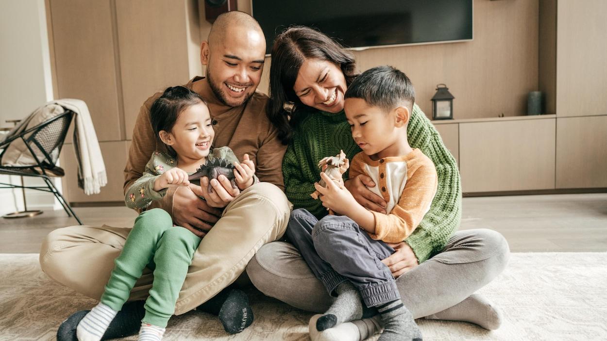 Une famille dans un salon.