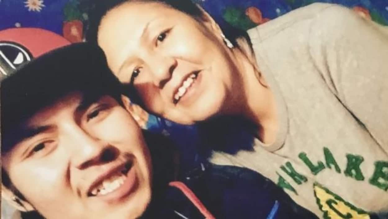 Cette photo est la dernière de Joey Knapaysweet prise avant son départ de Fort Albany pour Timmins dans le but « d'obtenir de l'aide pour améliorer sa vie », selon le communiqué de la famille. Sur la photo, il est avec sa mère, Micheline Knapaysweet.