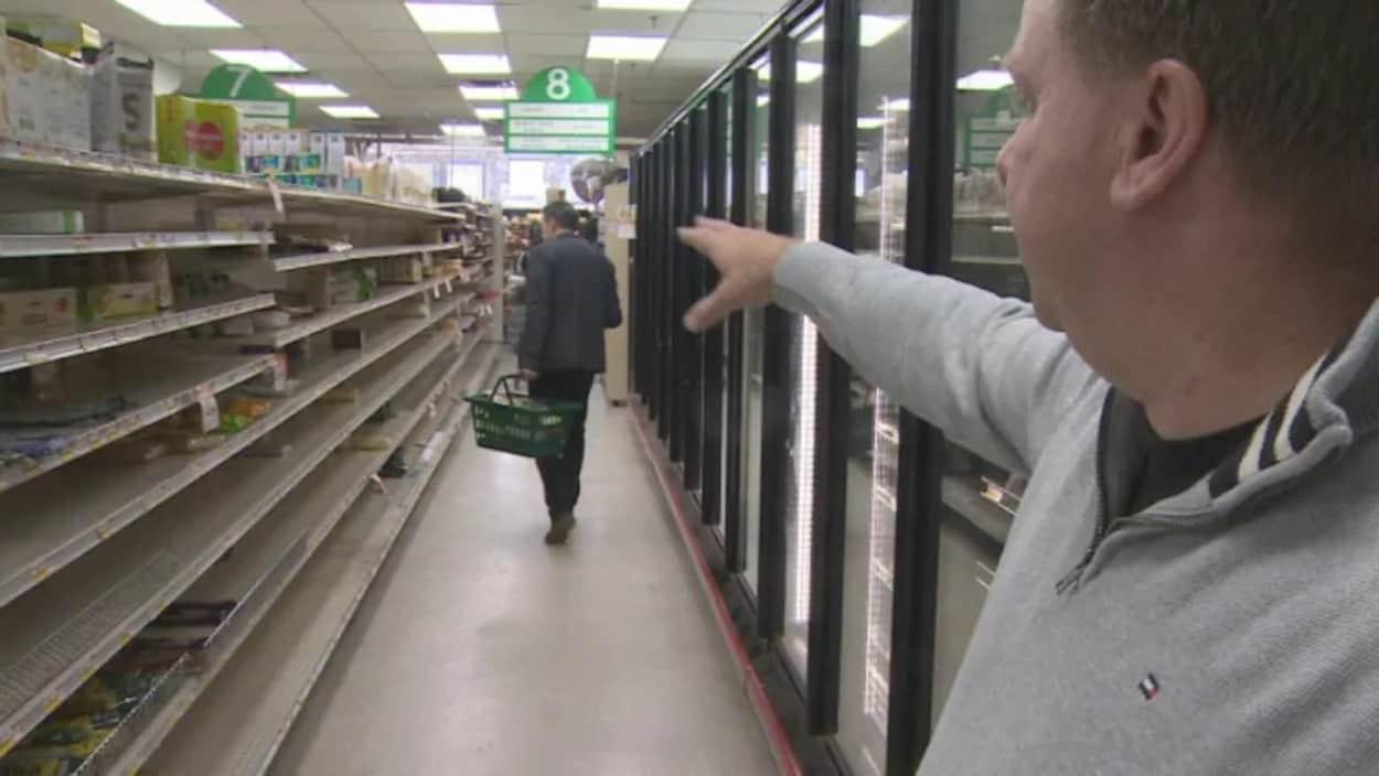 Les étagères vides d'un supermarché.