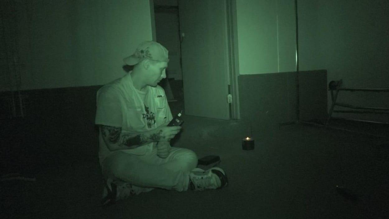 Un homme assis dans le noir croit entendre des fantômes.