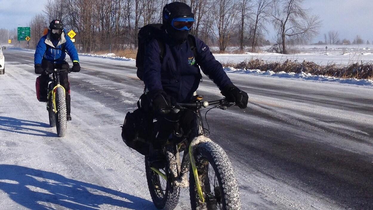 Guy Rouleau roule entre les villes de Québec et de Windsor en Ontario pour faire connaître son projet de chaîne humaine.