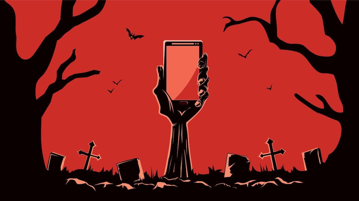 Un main de zombie tient un téléphone intelligent.