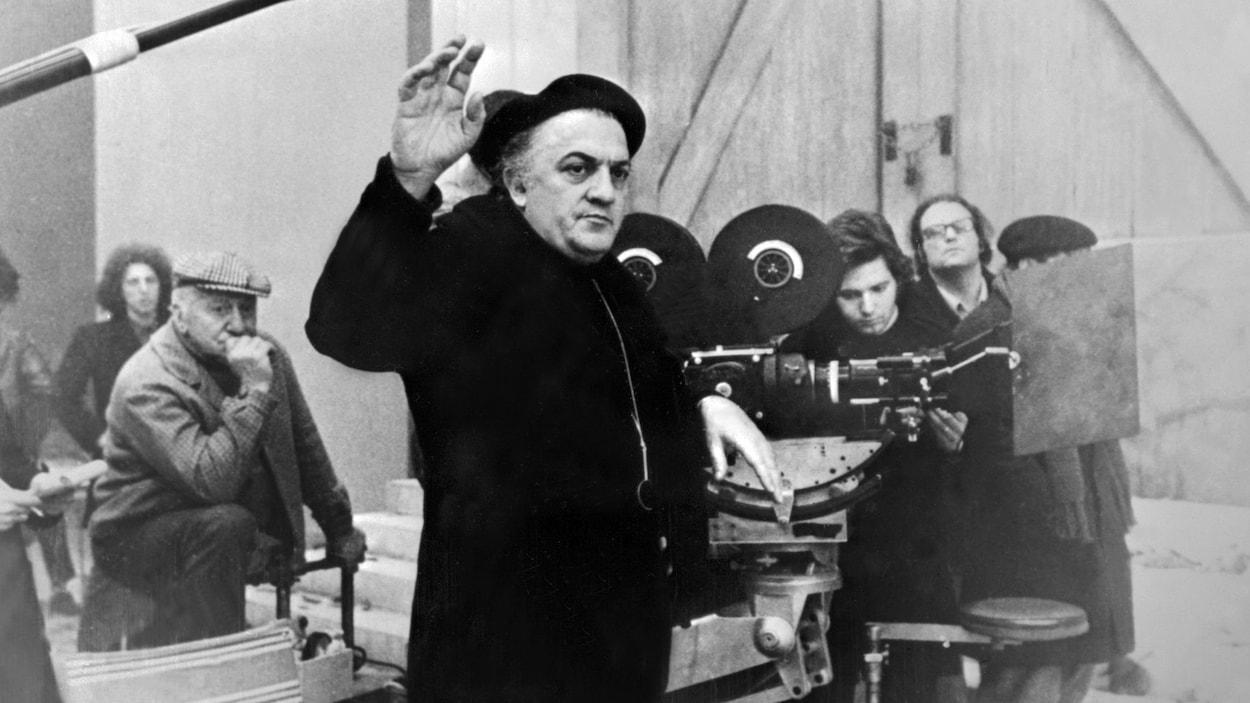 M. Fellini devant une caméra.