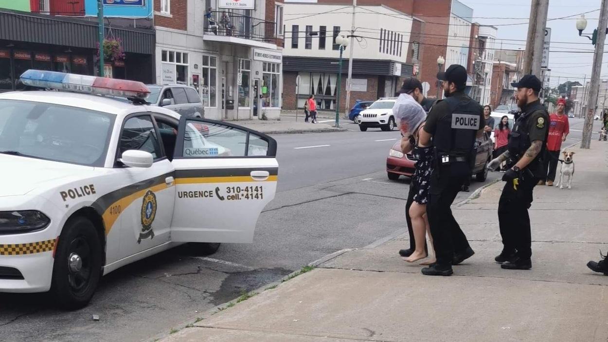 Une photo semble montrer qu'une femme a été arrêtée alors qu'elle porte une sac sur la tête.