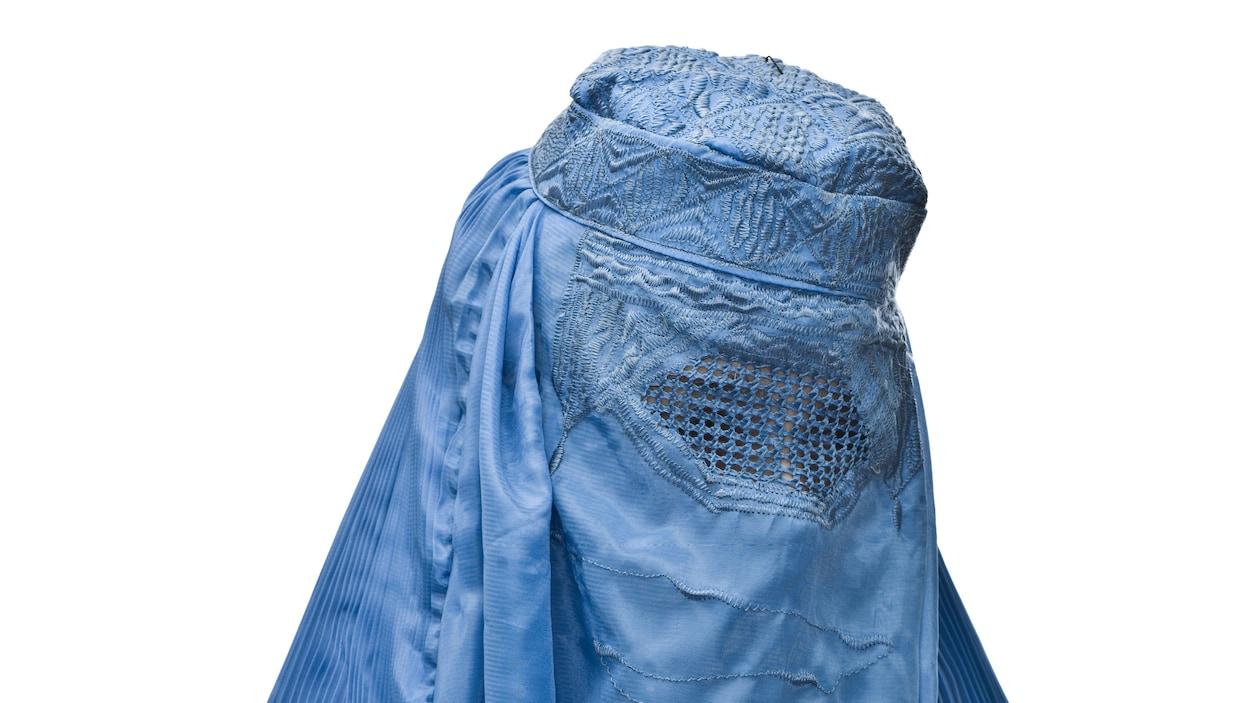 Une femme porte une burqa bleue.