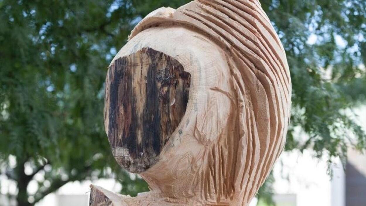 « La femme de la nuit hibou », une oeuvre sculptée de Jacques Newashish présentée dans le cadre du festival Présence autochtone à Montréal.