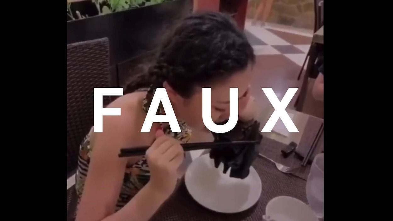 Une jeune femme croque dans une chauve-souris, dans un restaurant. Le mot FAUX est sur l'image.
