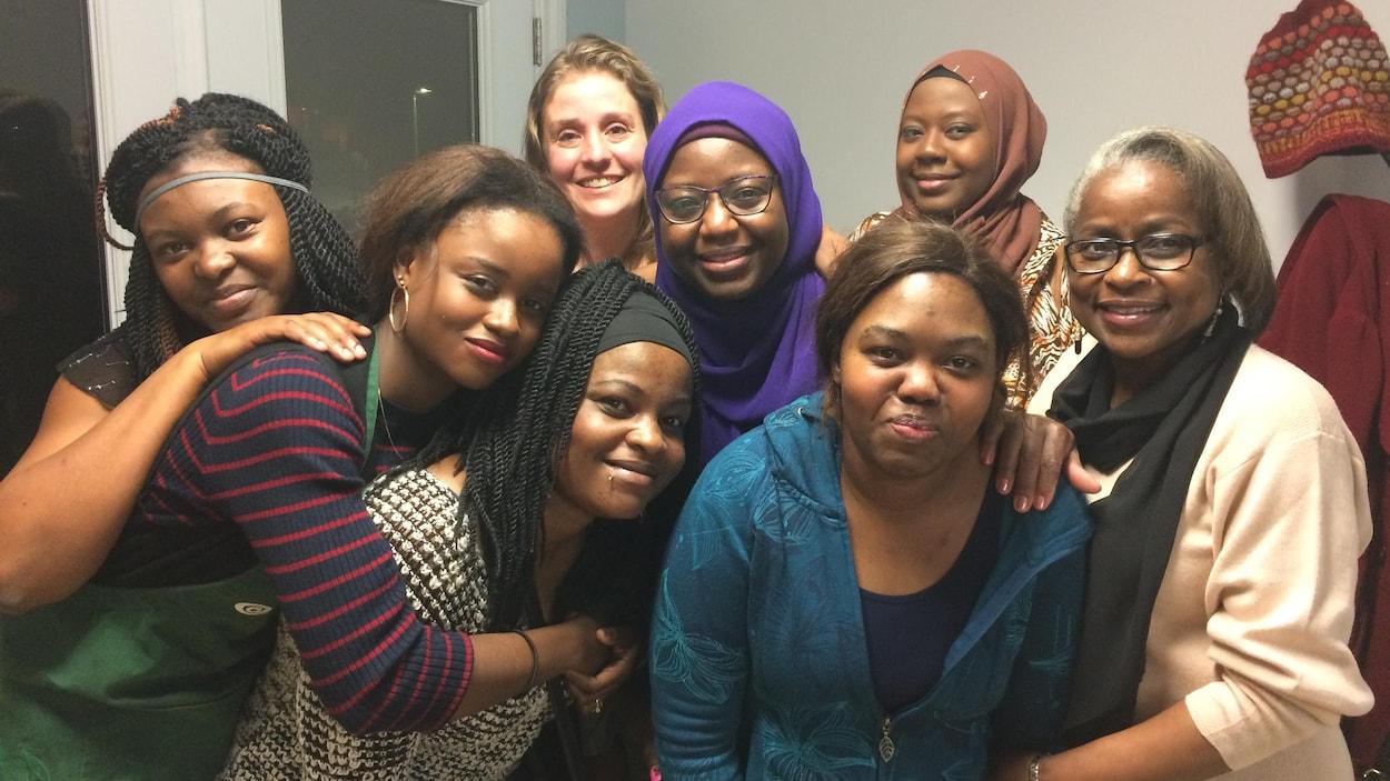 Des femmes d'origine africaine s'enlacent et sourient lors d'une soirée organisée au Témiscamingue.