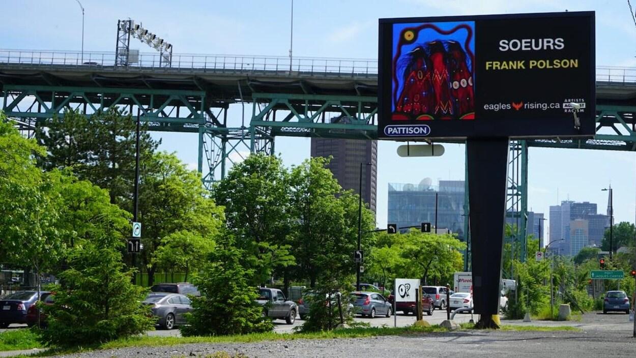 Un panneau publicitaire le long d'une route.