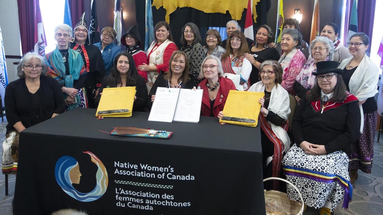 La ministre des Relations Couronne-Autochtones, Carolyn Bennett, et la présidente de l'époque de l'Association des femmes autochtones du Canada (AFAC), Francyne Joe (au centre gauche), lors d'une signature d'entente à Ottawa le 1er février 2019. La deuxième à gauche est Lynne Groulx, la directrice générale de l'AFAC.