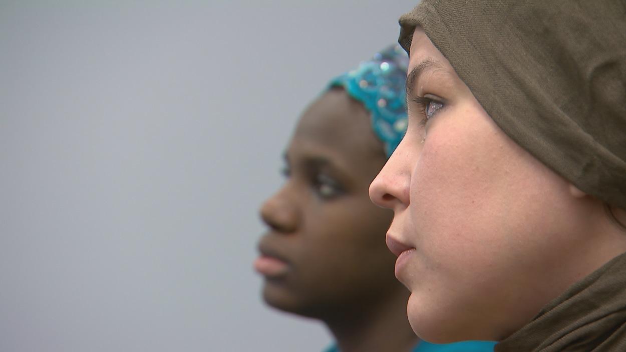 Deux jeunes femmes immigrantes à la recherche d'un emploi.
