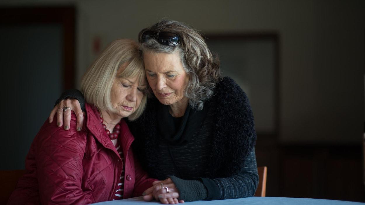 Deux femmes se prennent dans les bras.