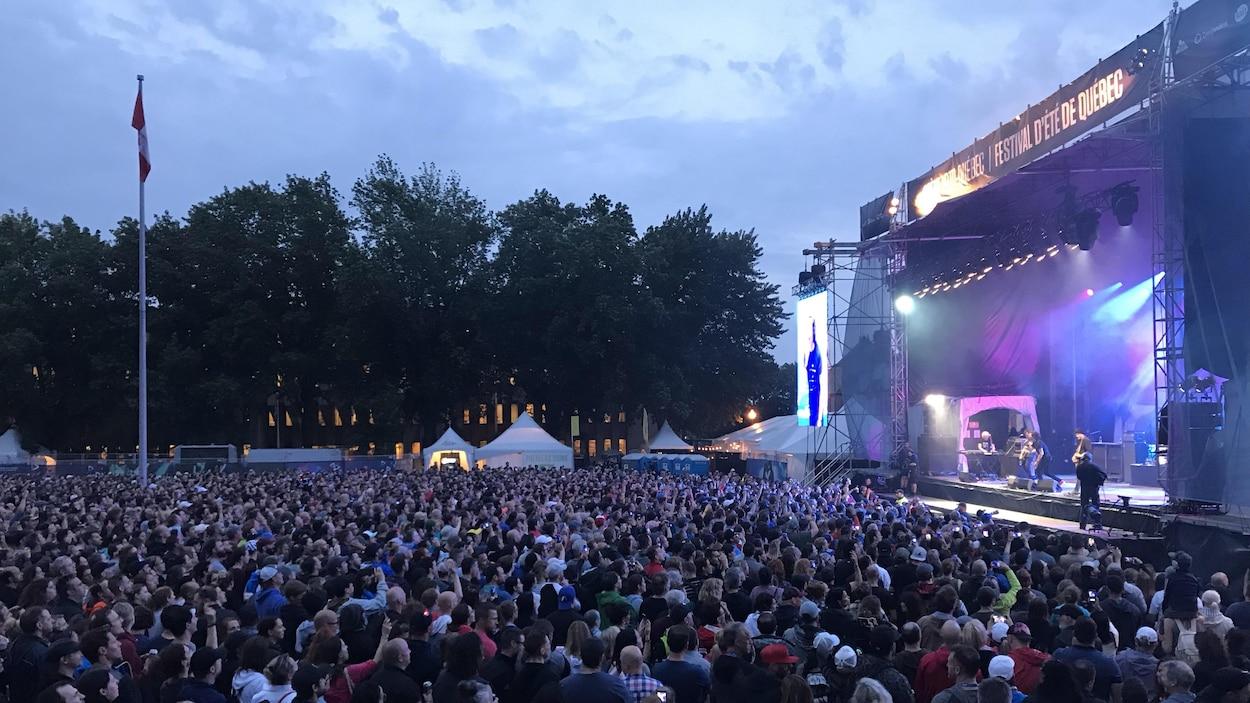 Une foule devant une scène.