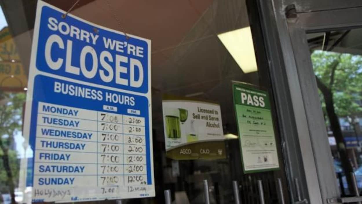 Une affiche ''fermé'' (closed)