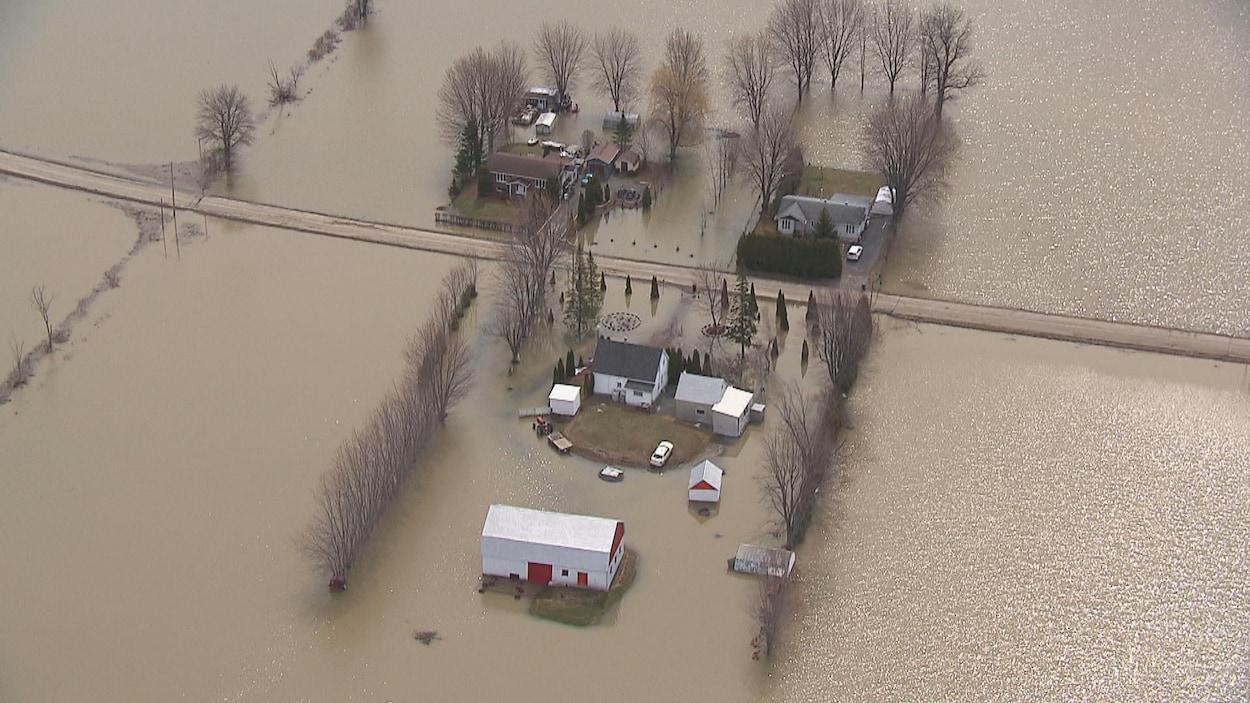 Une ferme entourée d'eau