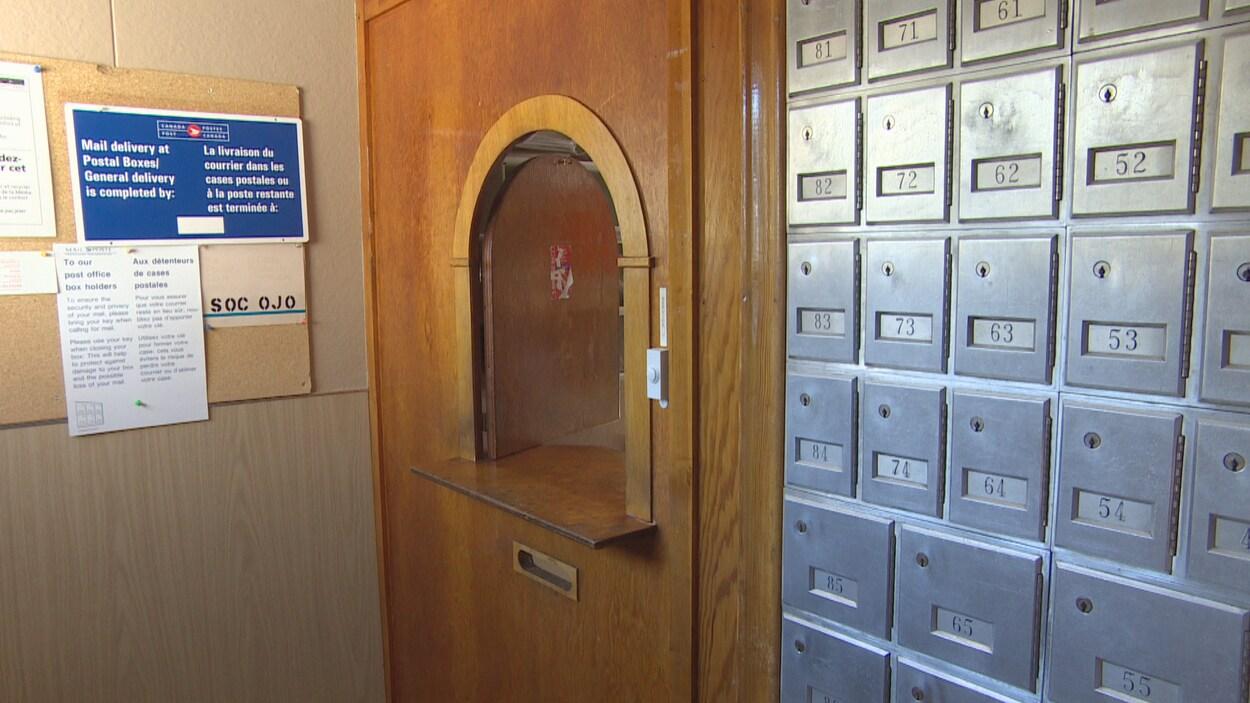 Le comptoir et les cases postales de Bellegarde.