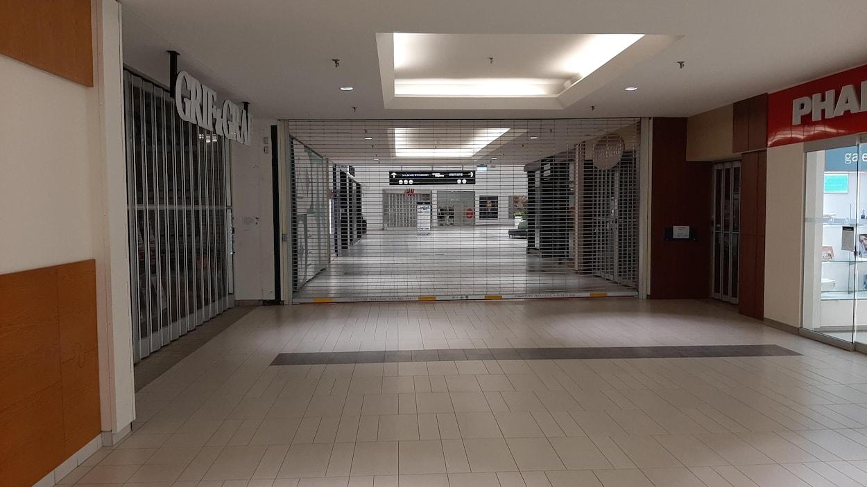 Les corridors du Carrefour de l'Estrie sont déserts et les magasins sont fermés.