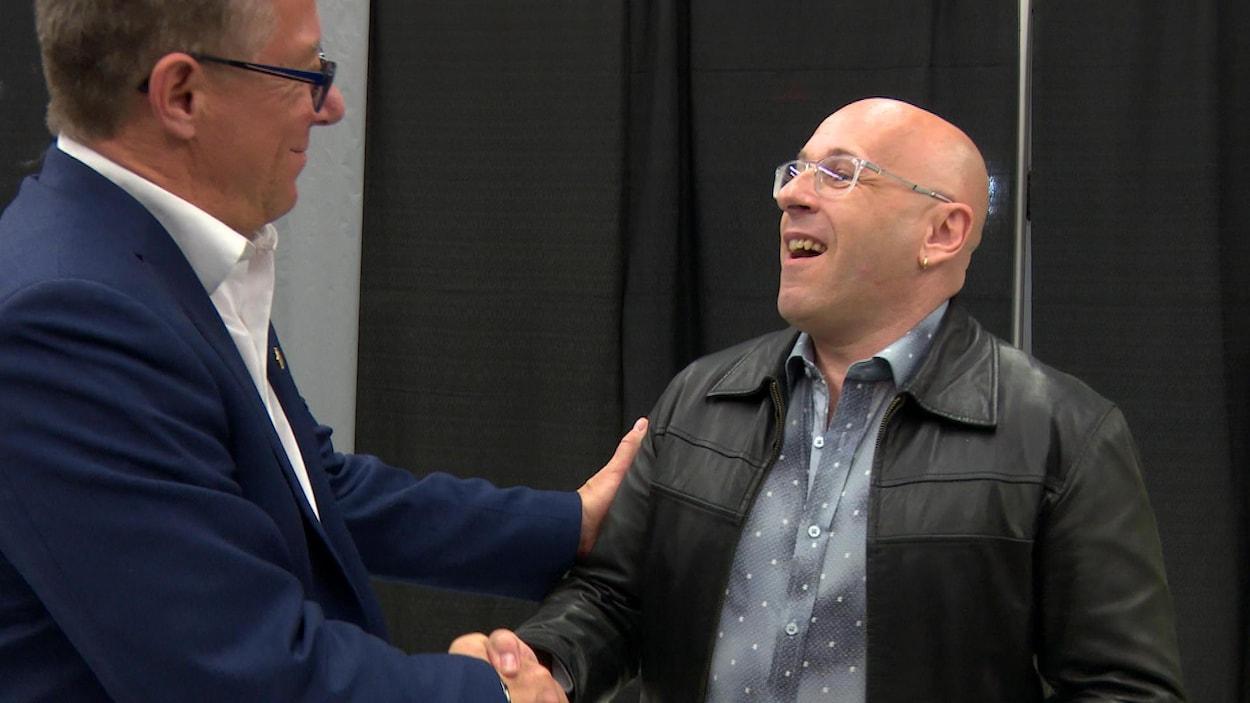 Gilles Lepage serre la main de Fernand Thibodeau