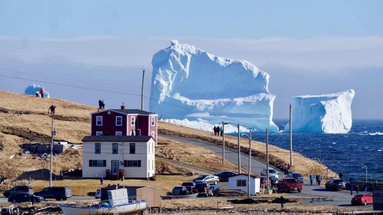 Des icebergs vus d'une village côtier à Terre-Neuve.