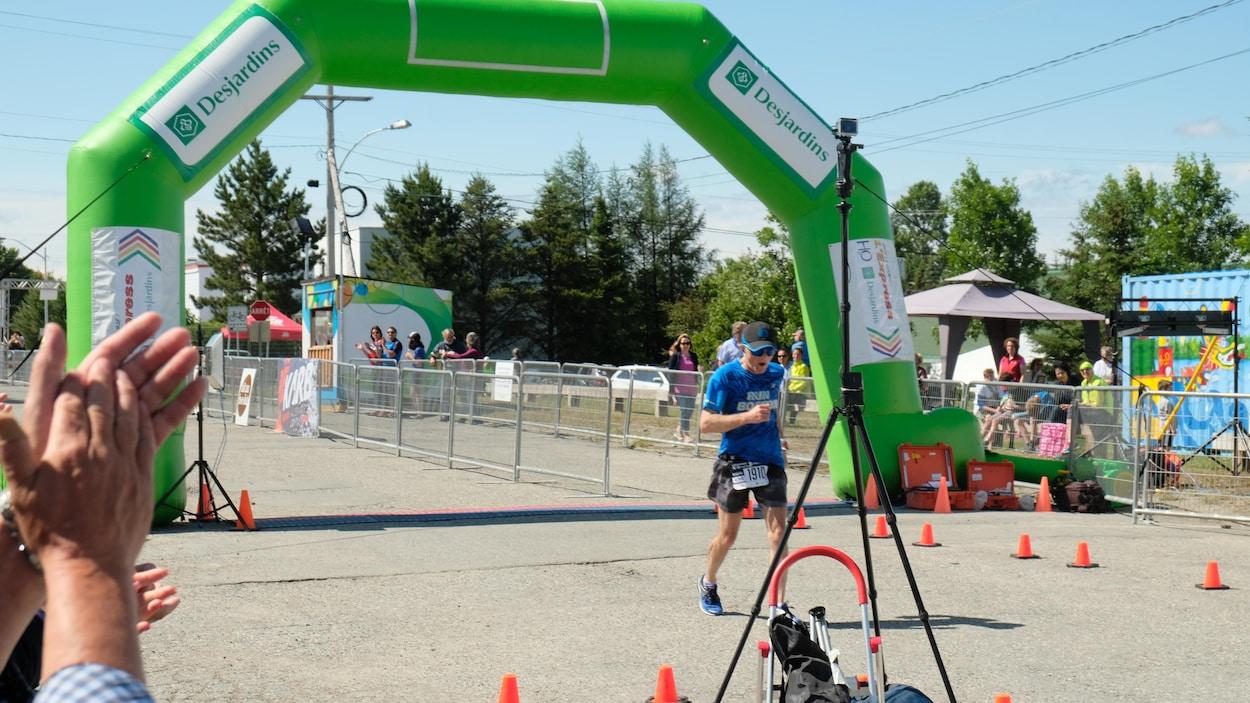Arrivée d'un coureur au marathon d'Amos