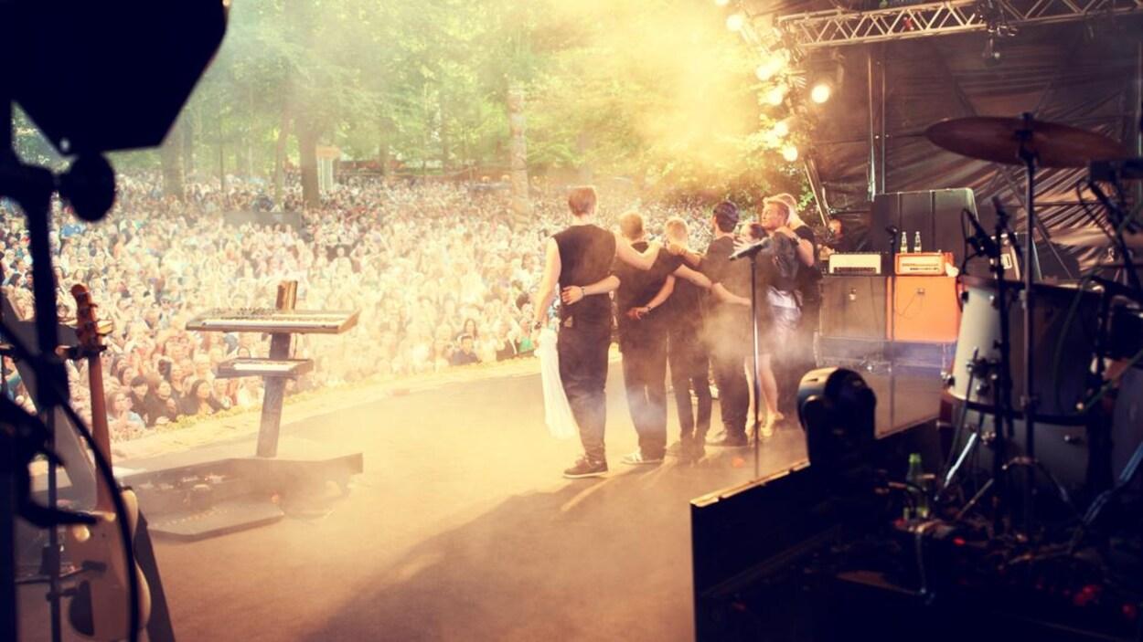 Un groupe sur scène lors d'un festival de musique
